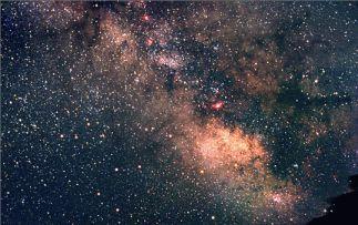 Část hvězdné oblohy kolem souhvězdí Střelce zaplněná mlhovinami. Fotografie byla pořízena obyčejnou zrcadlovkou s objektivem o ohnisku 50 mm při expozici 8 minut.