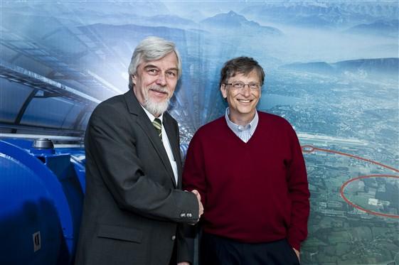 Generální ředitel CERNu Rolf Heuer (vlevo) a Bill Gates. FOTO: CERN/Maximilien Brice