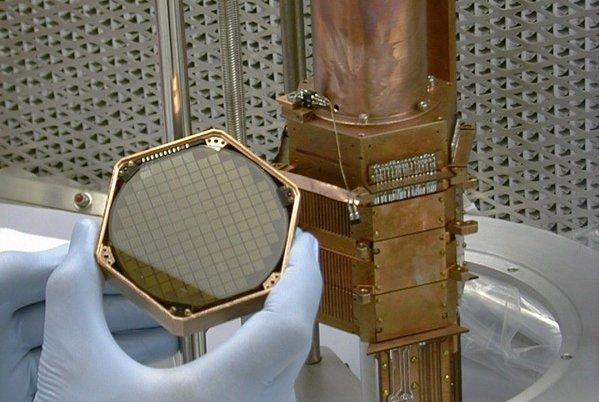 Krystal germania, který má lapit částice skryté hmoty / foto: CDMS/Fermilab